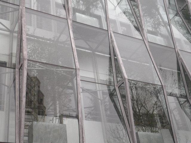 Immeuble de verre et vert à Duroc
